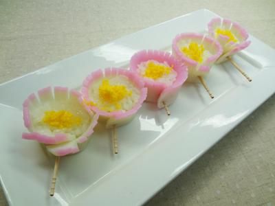 No.25020(料理25-025) 完成かまぼこの花寿司(ゆで卵の黄身)